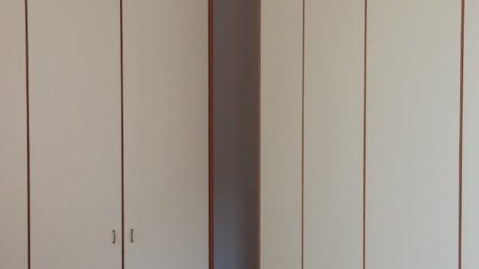 arch. montagna - armadi camera con ante laccate e bordo in ciliegio (2)